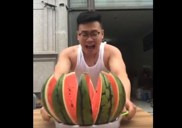 Comment couper un melon d'un seul coup? Très simplement!