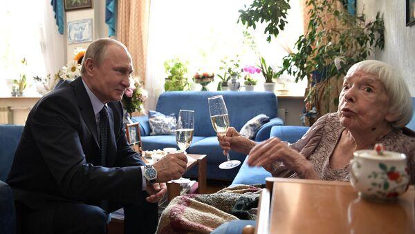 Президент РФ В. Путин поздравил с 90-летием Людмилу Алексееву - Sputnik France