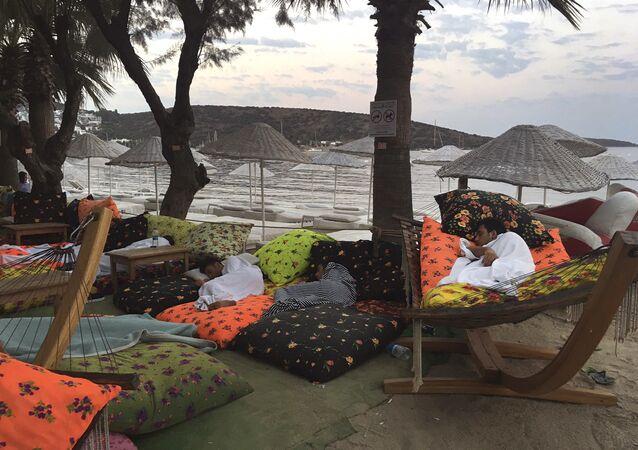 Séisme en mer Égée: effrayés, les gens préfèrent dormir dehors
