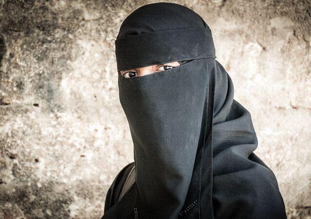 Une femme en niqab