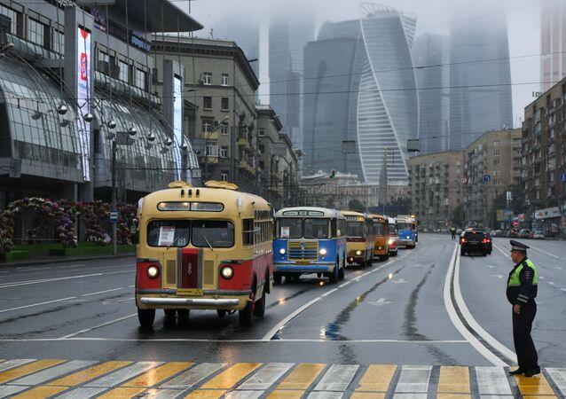 Une colonne de bus vintages au cours d'une parade à l'occasion de la Journée du transport de Moscou