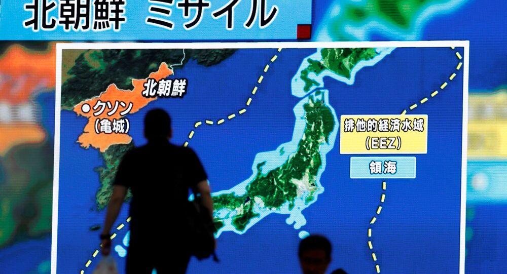 Des Japonais suivent des informations sur le tir de missile par Pyongyang