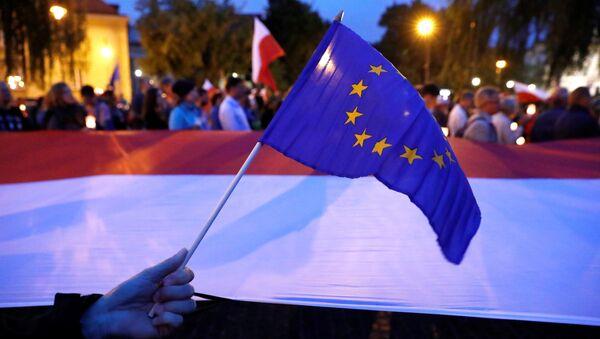 Drapeaux européen et polonais - Sputnik France