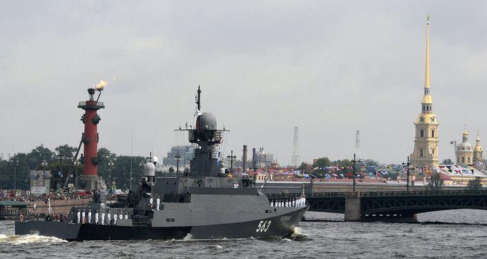 Parade navale à l'occasion du Jour de la marine russe à Saint-Pétersbourg