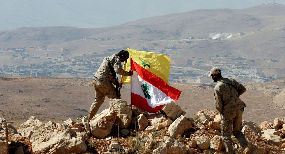 Los militares instalan las banderas de Hizbulá y Líbano en la frontera sirio-libanesa