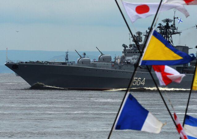 La Journée de la marine militaire dans les villes russes