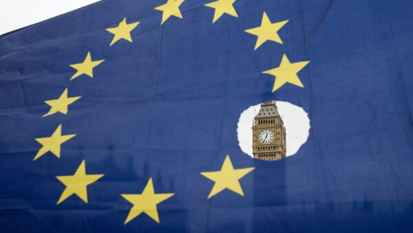Un drapeau européen avec un trou représentant le Brexit - Sputnik France