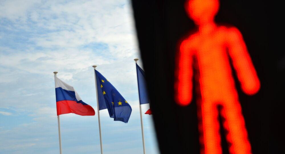 Les drapeux de la Russie et de l'UE