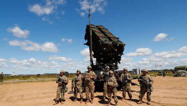 U.S. soldiers stand next to the long-range air defence system Patriot during Toburq Legacy 2017 air defence exercise in the military airfield near Siauliai, Lithuania, July 20, 2017 - Sputnik France