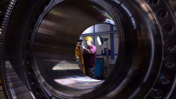 Un employé du géant industriel allemand Siemens travaille sur un rotor à l'usine de turbines à gaz, le 8 novembre 2012, Berlin - Sputnik France