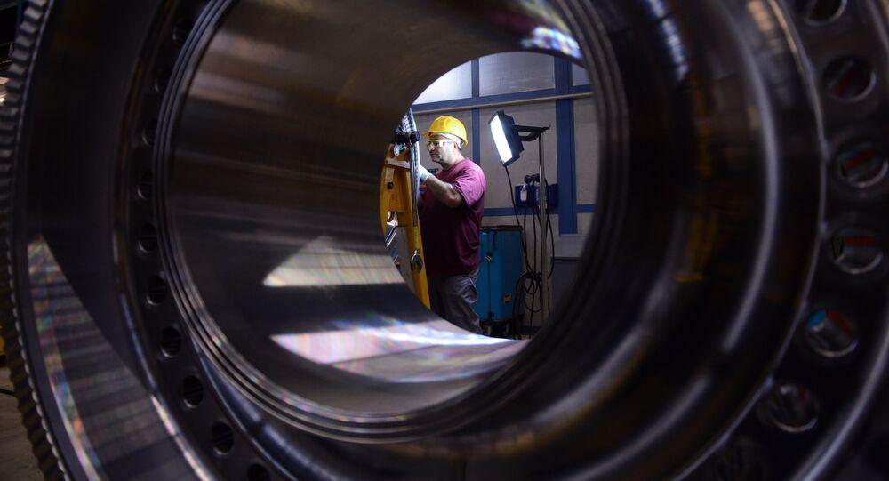 Un employé du géant industriel allemand Siemens travaille sur un rotor à l'usine de turbines à gaz, le 8 novembre 2012, Berlin