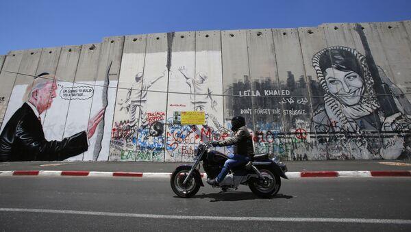 Des graffitis de Donald Trump dessinés sur la barrière de séparation israélienne - Sputnik France