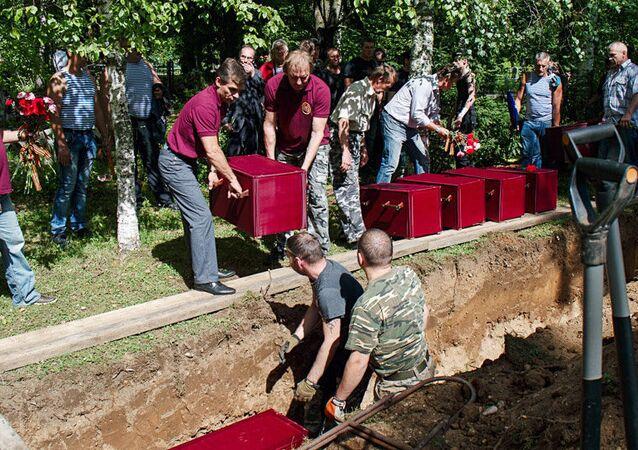 Une cérémonie funèbre dans le village estonien de Sinimäe, près de la frontière russe, organisée à l'occasion de la réinhumation des restes de 202 soldats soviétiques