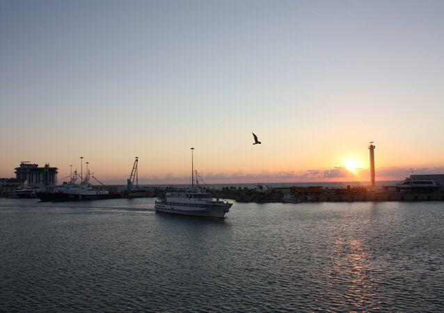 Coucher de soleil sur le port maritime de Sotchi