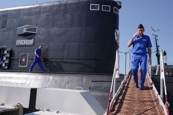 Des militaires descendent sur le quai à Sébastopol - Sputnik France