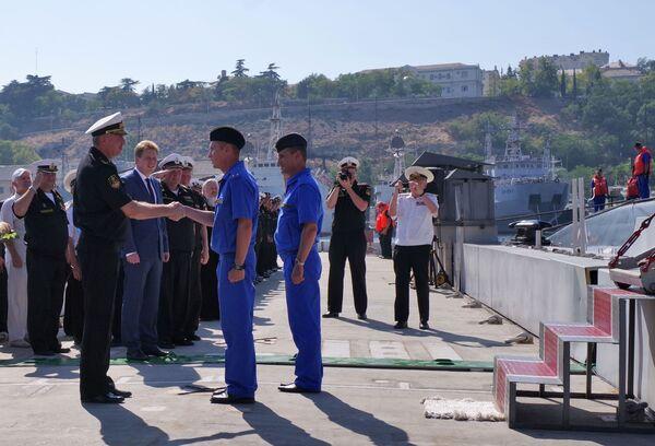Le commandant de la flotte russe de la mer Noire l'amiral Alexandre Vitko et le gouverneur par intérim de Sébastopol Dmitri Ovsiannikov accueillent les militaires servant sur le nouveau sous-marin diesel Krasnodar à Sébastopol. - Sputnik France
