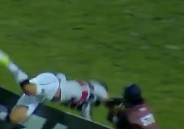 Un saut malheureux: un footballeur brésilien se blesse en célébrant son but