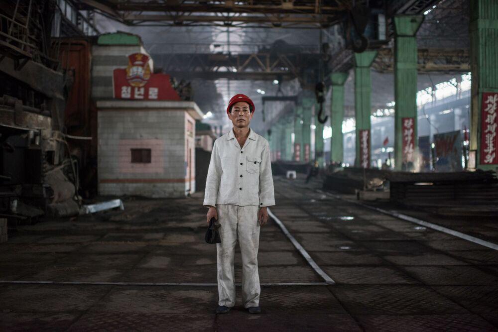 Kang Chol-su, ouvrier, dans l'usine d'acier de Chollima, au sud de Pyongyang