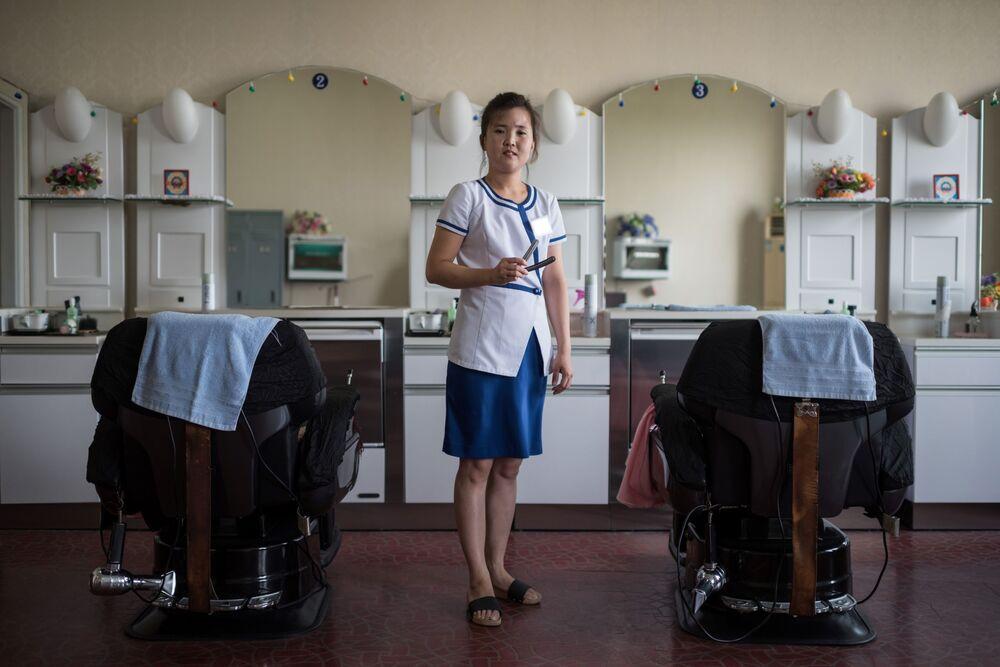 La coiffeuse Kim Hae-jong dans un centre de divertissement et de santé à Pyongyang