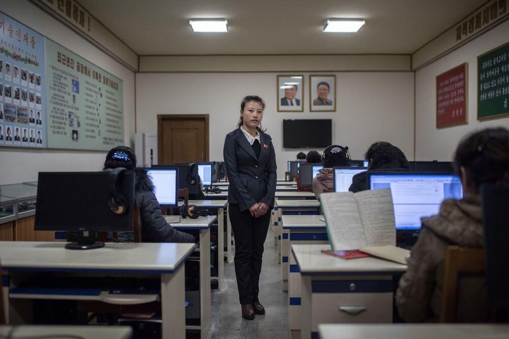 Une professeure dans une classe dans une filature de soie à Pyongyang, en Corée du Nord