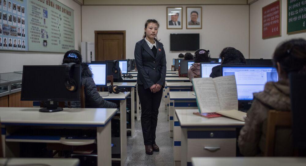 Une enseignante dans une salle de classe. Chine