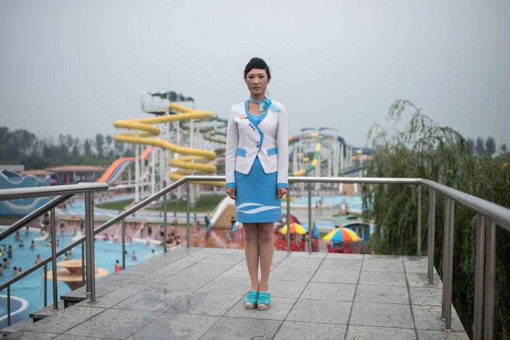 Une employée du parc aquatique Munsu à Pyongyang, en Corée du Nord