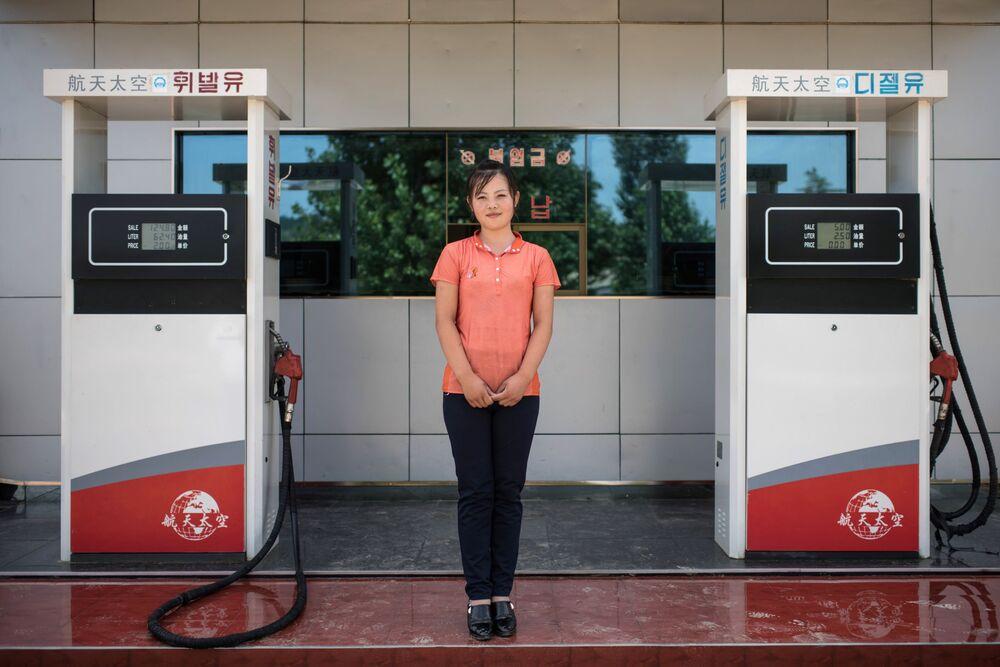 Une pompiste à Sinchon, en Corée du Nord
