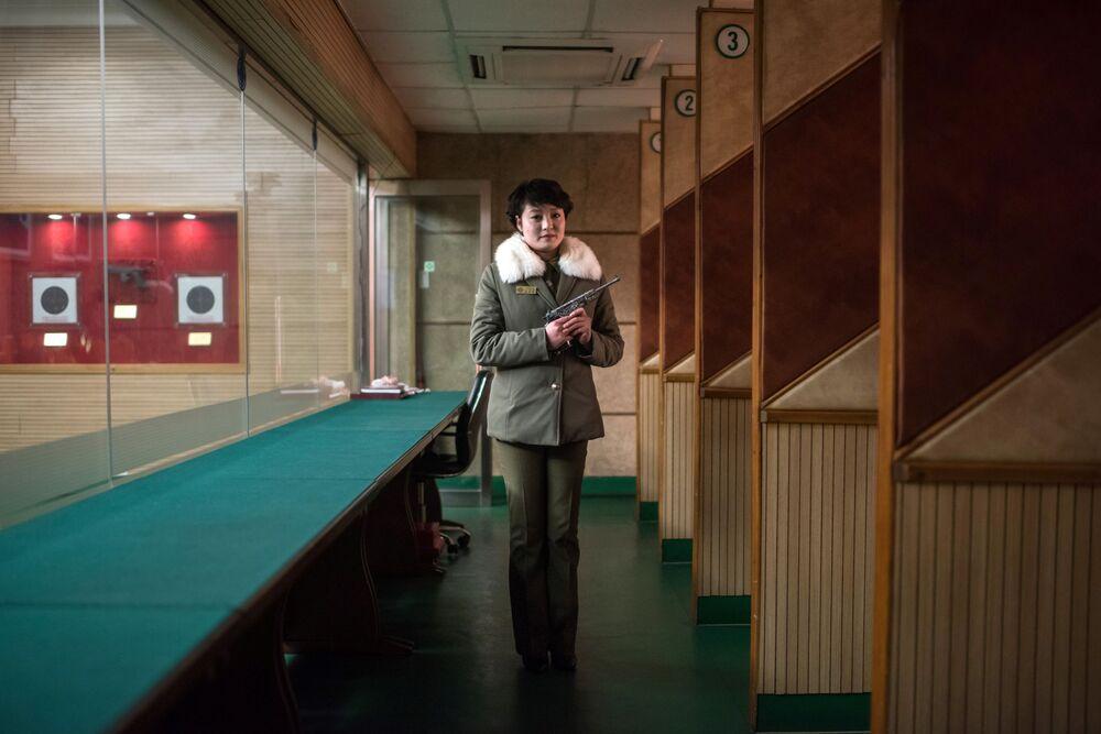 La moniteur de tir Kim Su-ryon sur son lieu de travail à Pyongyang