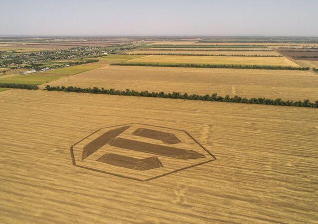 Ce conducteur de tracteur russe fait un logo géant de World of Tanks sur un champ