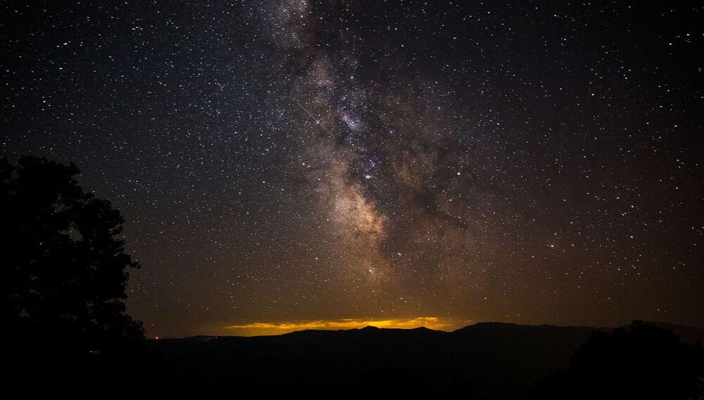 Ciel étoilé observé dans la région de Krasnodar pendant la pluie d'étoiles filantes des Perséides.