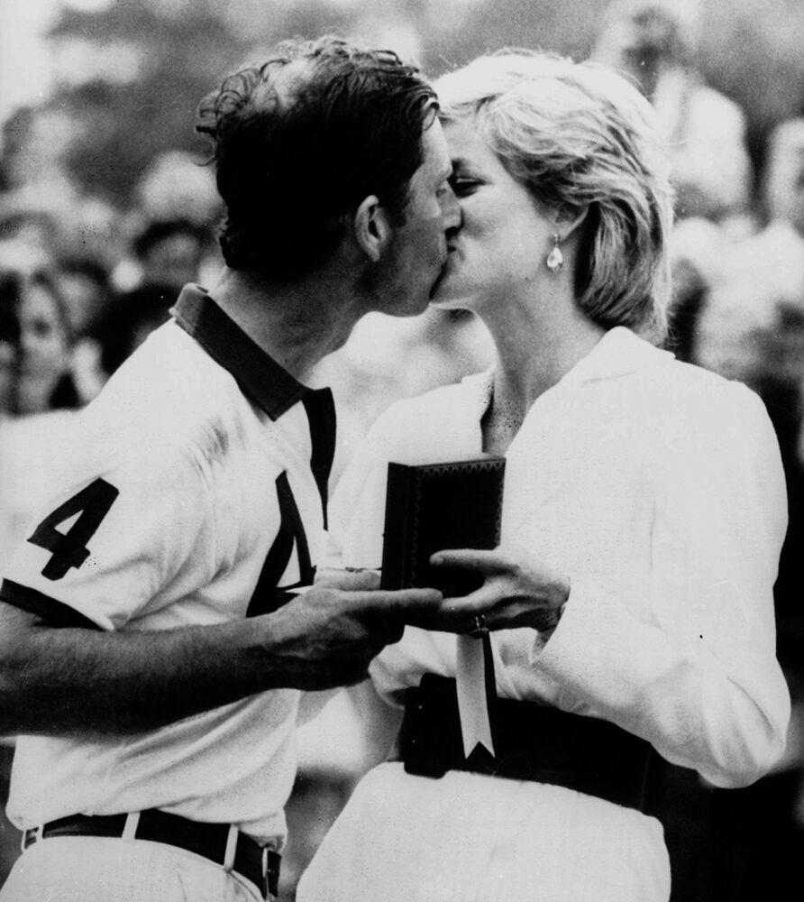 La princesse Diana félicite le prince Charles de sa victoire dans un match de polo, 1988