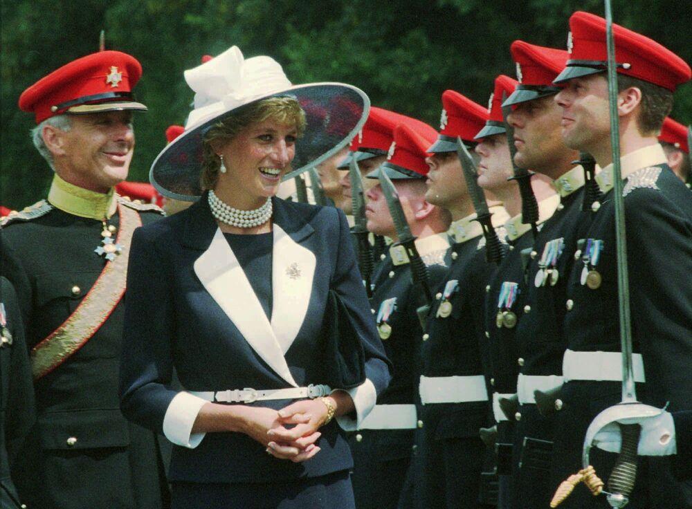 La princesse Diana devant la garde d'honneur, Allemagne, 1995