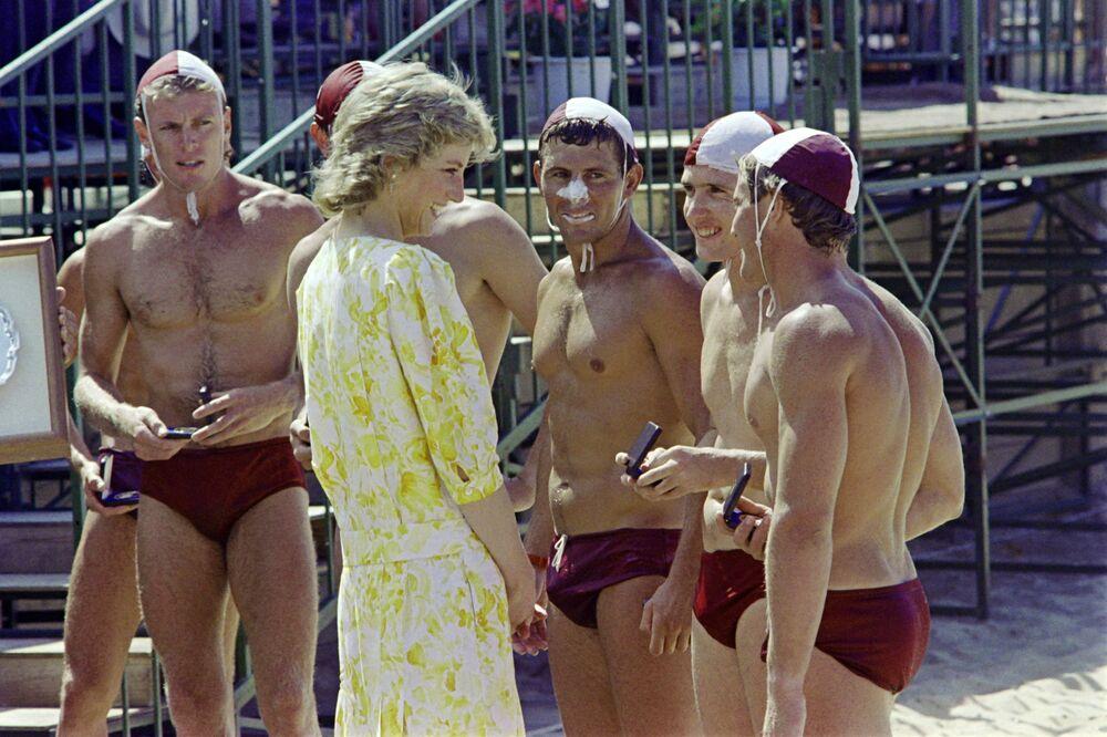 La princesse Diana parle aux membres de l'équipe qui a remporté la victoire lors des compétitions Princess of Wales Plate sur la plage de Terrigal, au nord de Sydney, 1988