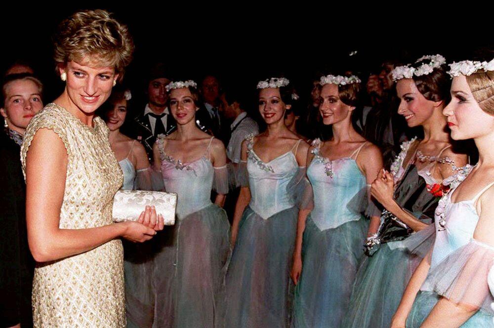 La princesse Diana parle aux ballerines dans les coulisses du Théâtre Bolchoï à Moscou, 1995