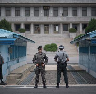 Militaires sud-coréens surveillant la Zone coréenne démilitarisée