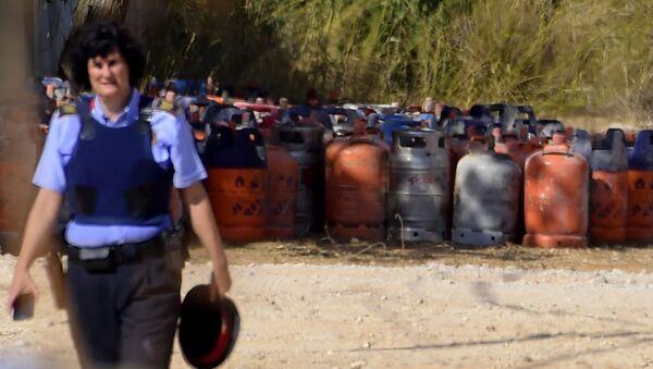 Eine Polizistin mit Gasflaschen im Hintergrund in Alcanar - Sputnik France