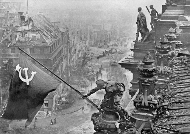 Des soldats de l'Armée rouge hissent le Drapeau de la victoire sur le Reichstag à Berlin (1945)