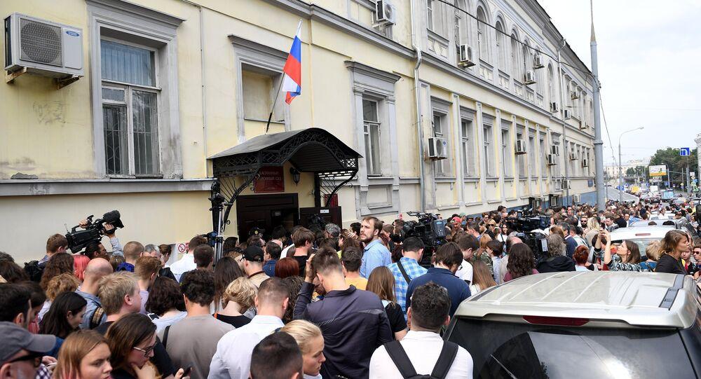une centaine de personnes massées devant le tribunal