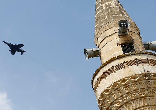 Un F-4 turc dans l'air, après avoir décollé depuis la base d'Incirlik