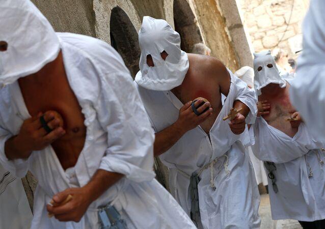 Une procession rituelle de flagellants traverse un village du sud de l'Italie