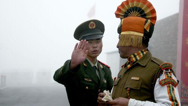 Un soldat chinois et un soldat indien à un poste  de passage entre l'Inde et la Chine dans l'État de Sikkim en Inde - Sputnik France
