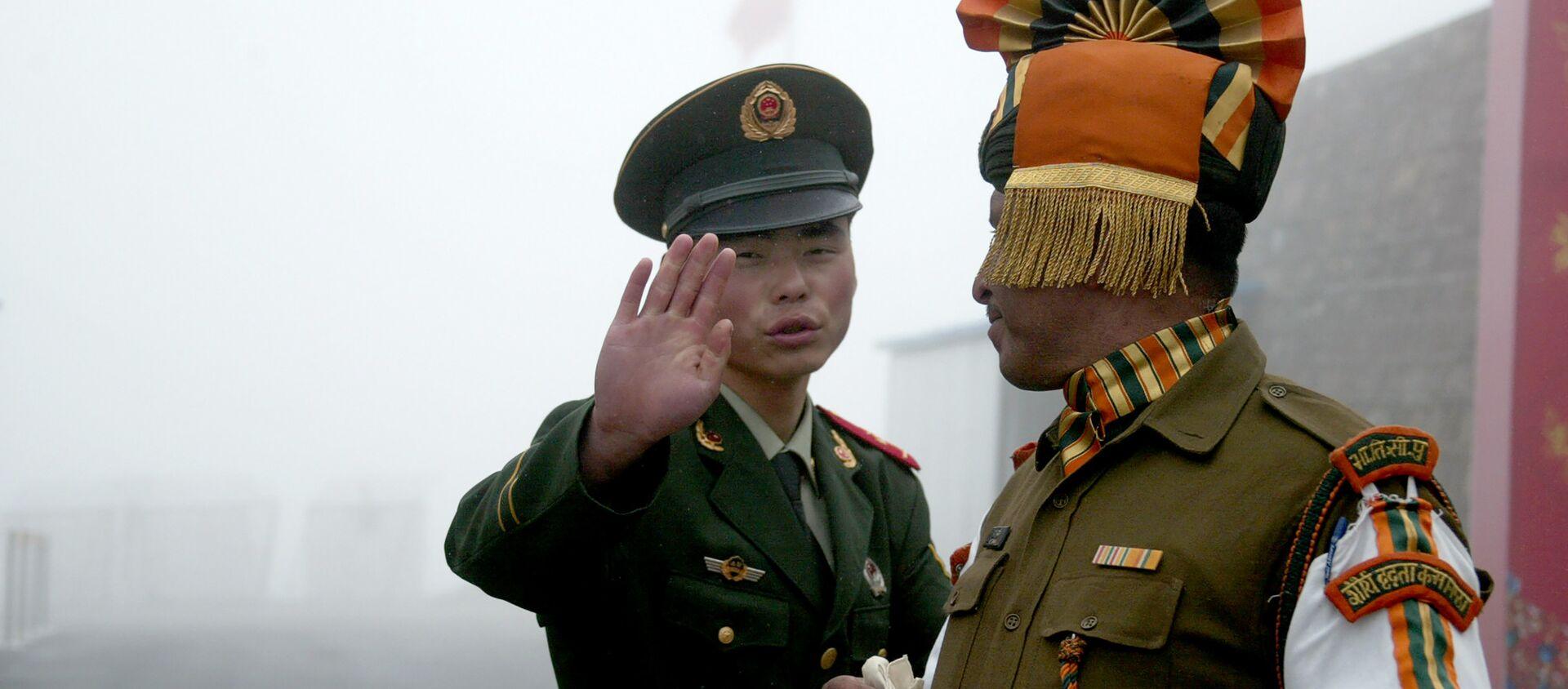 Un soldat chinois face à un militaire indien à la frontière dans l'Etat du Sikkim (nord-est) de l'Inde. - Sputnik France, 1920, 25.01.2021