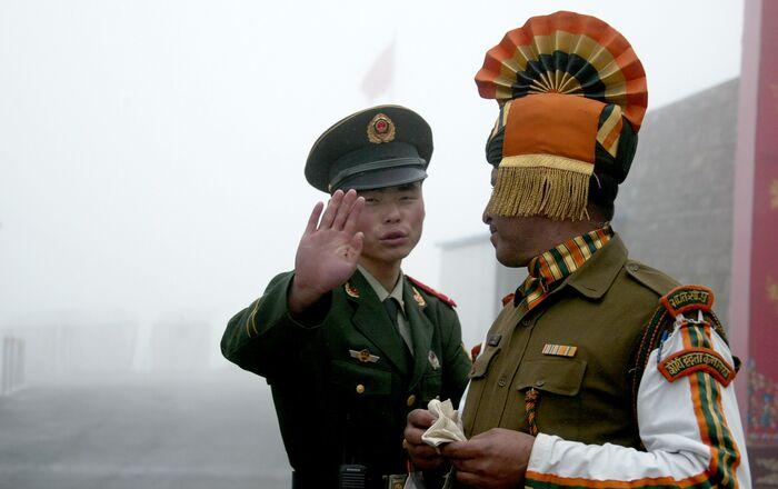 Un soldat chinois face à un militaire indien à la frontière dans l'Etat du Sikkim (nord-est) de l'Inde.