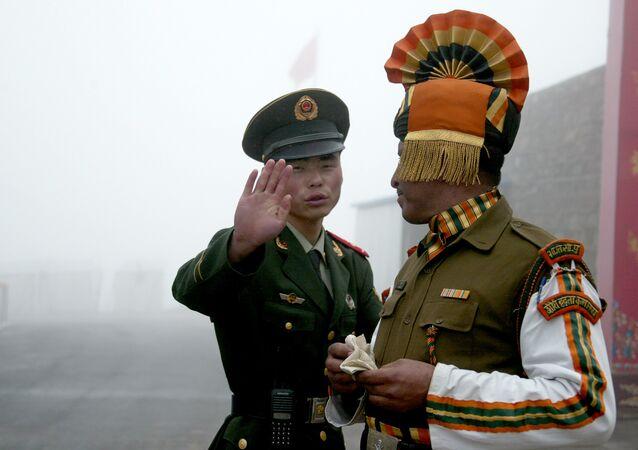 Un soldat chinois (G) face à un soldat indien à la frontière sino-indienne, dans l'État du Sikkim, au nord-est de l'Inde.