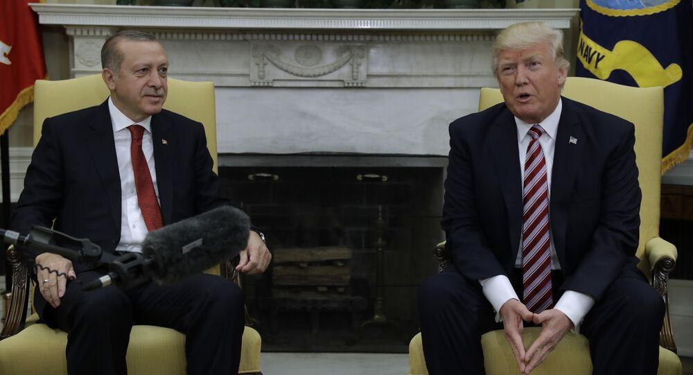 Le président Donald Trump rencontre le président turc Recep Tayyip Erdogan dans le bureau ovale de la Maison Blanche à Washington