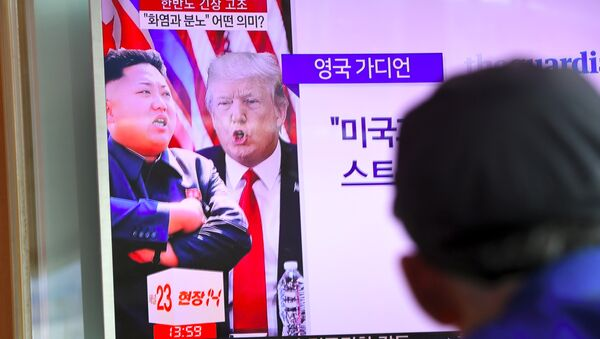 A man watches a television news programme showing US President Donald Trump (C) and North Korean leader Kim Jong-Un (L) at a railway station in Seoul on August 9, 2017 - Sputnik France
