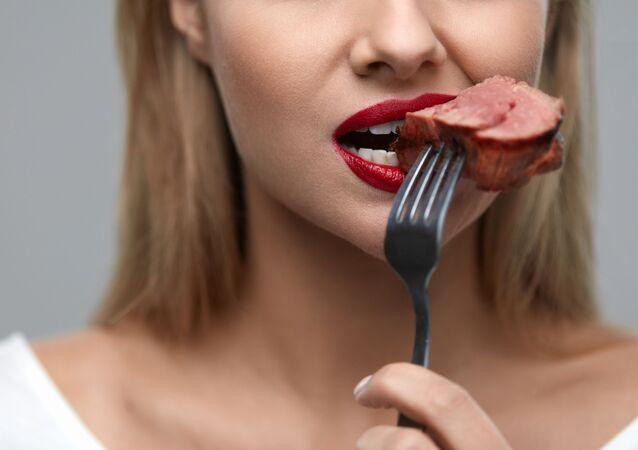 Une femme qui mange