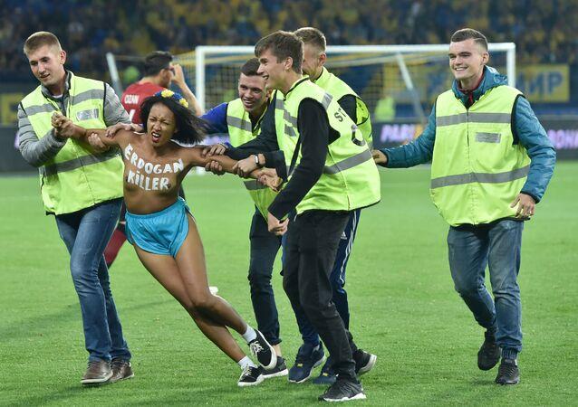 «Erdogan killer»: une Femen perturbe un match Turquie-Ukraine