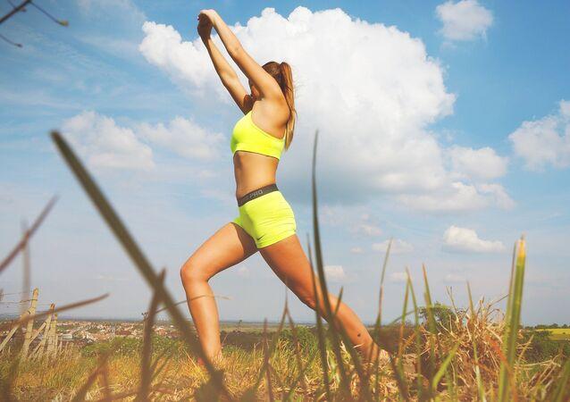 Une femme fait des exercises