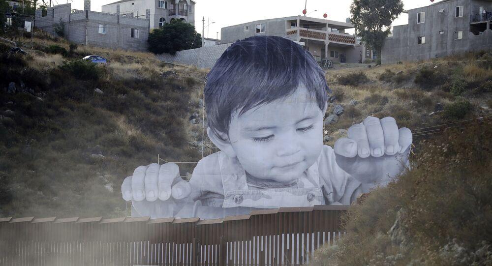 Un garçon géant est apparu sur le mur entre les États-Unis et le Mexique